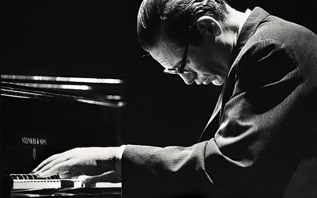 Bill Evans crossyed pianist photo